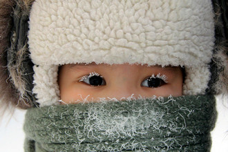 10 февраля. Мальчик на улице Якутска в тридцатиградусный мороз.