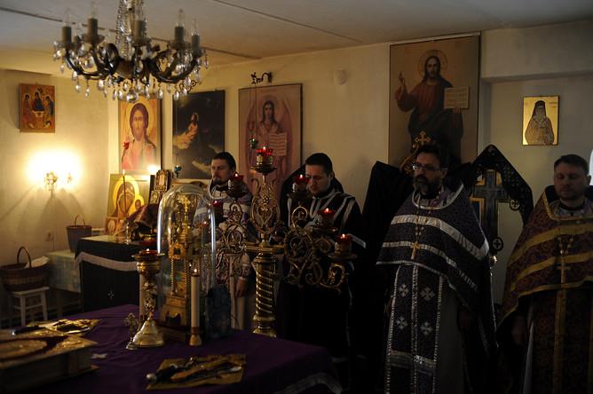 Четверка священников-супергероев читают молитвы во время заутрени в церкви Балакинской иконы Божьей матери в Нелидове