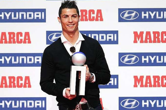 Криштиану Роналду с призом Альфредо ди Стефано лучшему игроку года