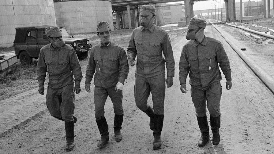 Члены подразделения, занимающегося дезактивацией территории Чернобыльской атомной электростанции, направляются на объект, апрель 1986 года