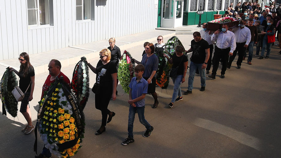 Жители Волгограда на церемонии прощания с погибшими в ДТП на Ставрополье пятью воспитанницами спортивной детской школы олимпийского резерва, 3 мая 2021 года