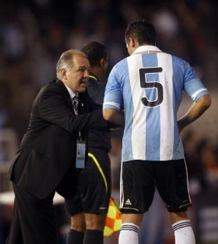 Маркос Рохо получает инструкции от Алехандро Сабеллы