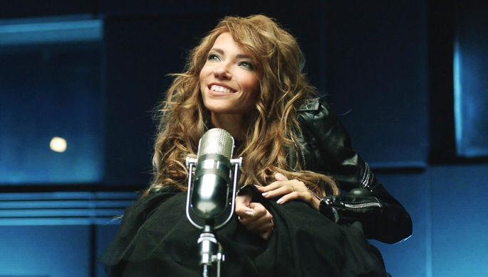 Певица Юлия Самойлова в кадре из музыкального клипа на песню Игоря Матвиенко «Жить», октябрь 2016 года