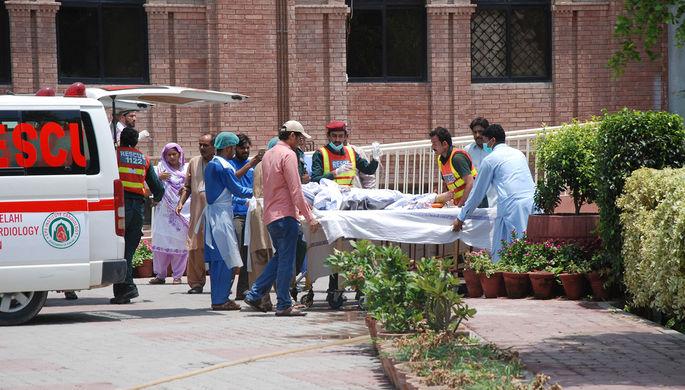Ситуация у госпиталя в Пакистане, куда доставляют пострадавших после взрыва бензовоза