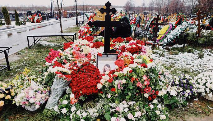 Могила певицы Юлии Началовой на Троекуровском кладбище в Москве, 2019 год
