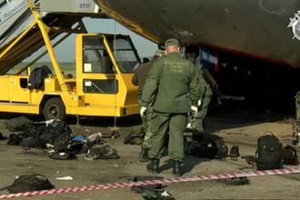 Сотрудники СК около самолета Sukhoi Superjet 100 авиакомпании «Аэрофлот» на следующий день после катастрофы в аэропорту Шереметьево, 6 мая 2019 года