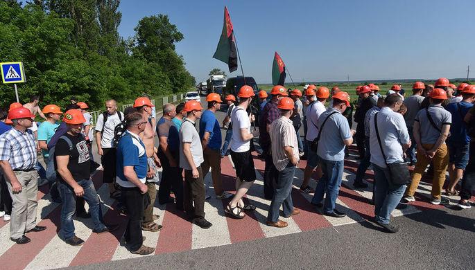 Участники акции протеста шахтеров во Львове, которые выступают против задержек выплаты зарплат