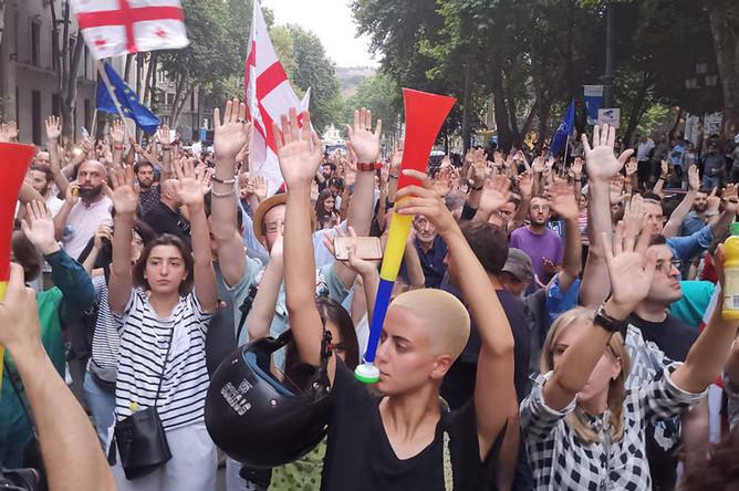 Участники акции протеста в Тбилиси, 9 июля 2019 года