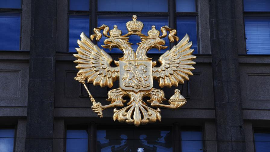 Герб на здании Государственной Думы Российской Федерации на улице Охотный ряд в Москве