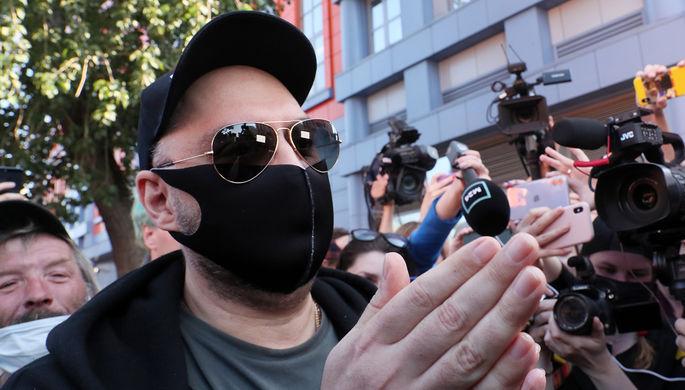 Режиссер Кирилл Серебренников у здания Мещанского суда в Москве после оглашения приговора по делу «Седьмой студии», 26 июня 2020 года