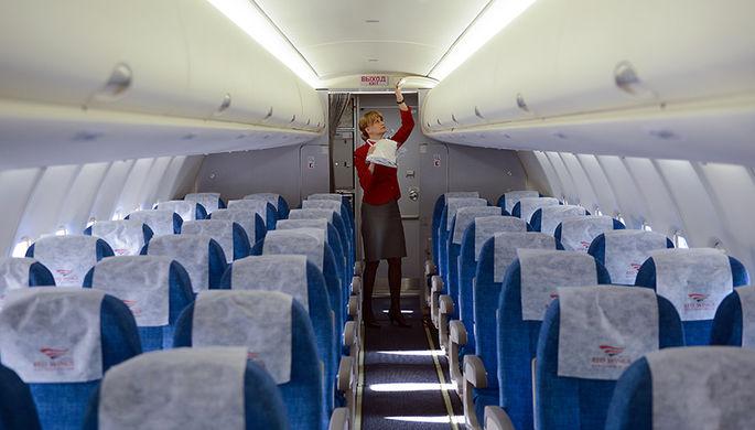 Стюардесса на борту самолета «Сухой Суперджет — 100» (SSJ-100)