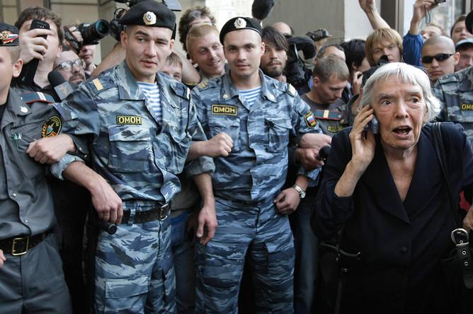 Правозащитница Людмила Алексеева во время несанкционированного протестного митинга в Москве, 31 августа 2009 года