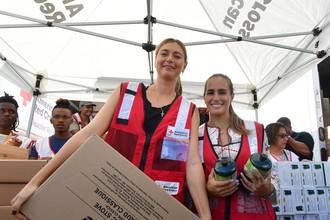 Мария Шарапова (слева) и Моника Пюиг с гуманитарной помощью пострадавшим от ураганов в Пуэрто-Рико