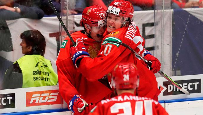 Павел Дорофеев, Дмитрий Воронков и Никита Александров (слева направо) радуются забитому голу в матче группового этапа молодежного чемпионата мира по хоккею между сборными командами России и Канады, 28 декабря 2019 года