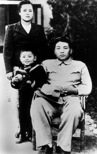 Пятилетний Ким Чен Ир и его родители Ким Ир Сен и Ким Чен Сук в провинции Хамгён-Пукто, 1940-е годы