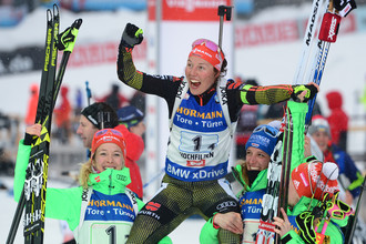 Немка Лаура Дальмайер (в центре) выиграла пять золотых медалей на чемпионате мира по биатлону