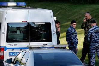 Сотрудники ОМОНа у здания Московского областного суда, где произошла перестрелка с фигурантами по делу «банды GTA», 1 августа 2017 года