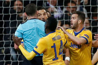 Игроки «Ювентуса» атакуют назначившего в конце добавленного времени пенальти судью