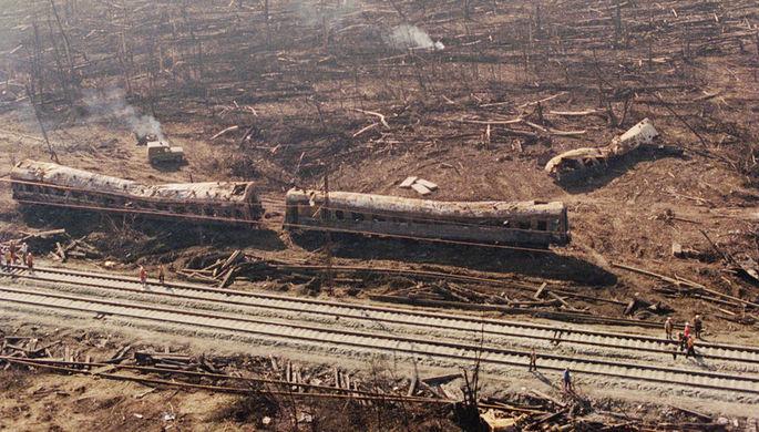 На месте взрыва двух встречных пассажирских поездов назначением «Новосибирск-Адлер» и «Адлер- Новосибирск» в результате сильной утечки газа вблизи участка железной дороги Челябинск-Уфа, 4 июня 1989 года
