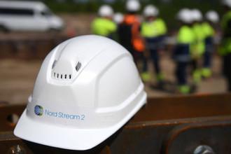 Каска рабочего на участке строительства газопровода «Северный поток-2» в Ленинградской области
