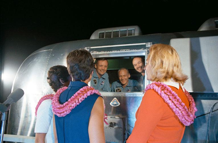 Нил Армстронг, Базз Олдрин и Майкл Коллинз в карантинном фургончике после возвращения на Землю, 27 июля 1969 года. На снимке — жены астронавтов