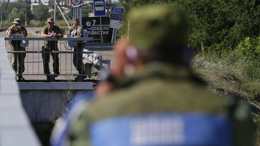 Во время посещения президентами Швейцарии Симонеттой Зоммаругой и президентом Украины Владимиром Зеленским восстановленного моста на линии разграничения в районе Станицы Луганской, 22 июля 2020 года