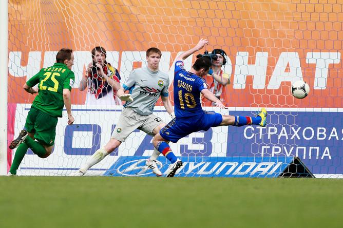 Алан Дзагоев не дотягивается до мяча.