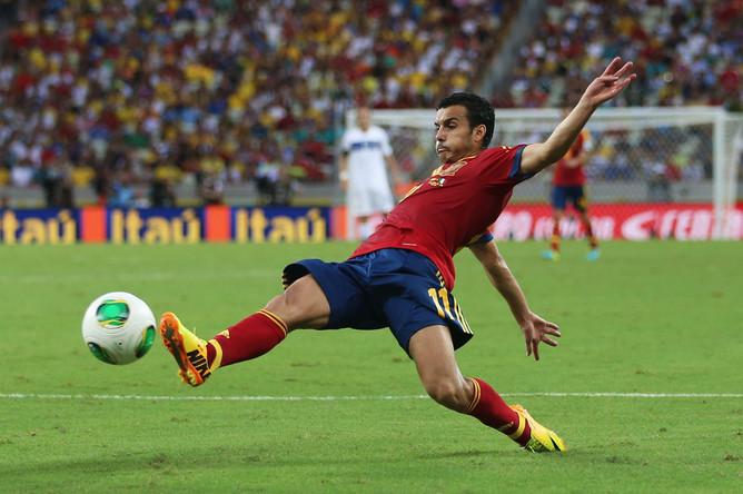 Педро Родригес тянется к мячу
