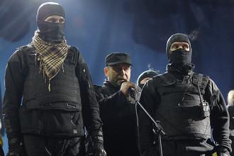 Лидер «Правого сектора» Дмитрий Ярош (в центре) во время траурного мероприятия по погибшим 18–20 февраля на майдане Незалежности