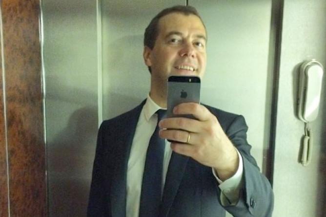 Дмитрий Медведев опубликовал свой первый селфи 11 июня 2014 года. «По заявкам подписчиков, которых теперь 400 000. Спасибо!» — написал премьер