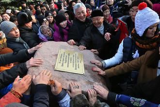 Верующие на церемонии закладки камня на месте строительства буддийского храма на Поклонной горе