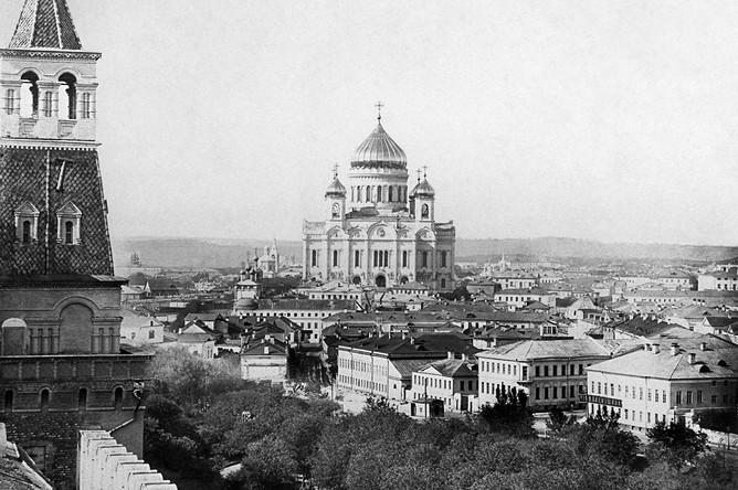 Вид на храм Христа Спасителя со стороны Кремля (начало XX века). Возводился с 1839 по 1883 год, разрушен 5 декабря 1931 года