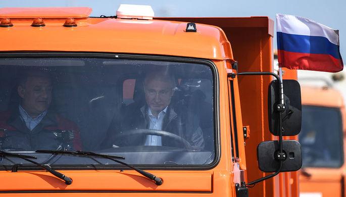 Президент России Владимир Путин за рулем «КамАЗа» во время церемонии открытия моста...
