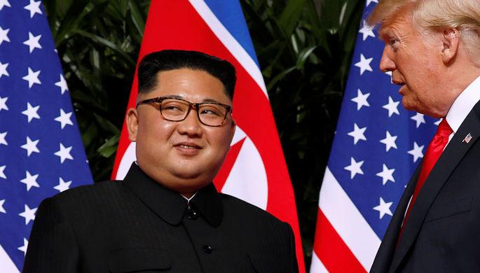 Высший руководитель КНДР Ким Чен Ын и президент США Дональд Трамп во время встречи на острове...