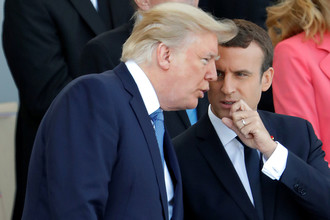Президент США Дональд Трамп и президент Франции Эммануэль Макрон во время парада по случаю Дня взятия Бастилии в Париже, 14 июля 2017 года