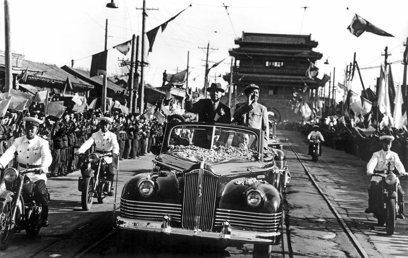 Председатель Президиума Верховного Совета СССР Климент Ворошилов и председатель КНР Мао Цзэдун во время визита советской делегации в Китайскую Народную Республику, 1957 год