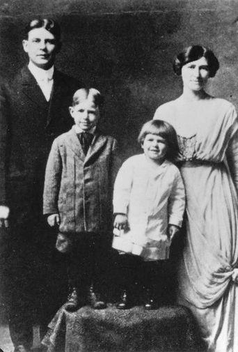 Мать 40-го президента США Нелли Уиллсон Рейган была протестанткой англо-шотландского происхождения. Она очень любила театр и с увлечением участвовала в представлениях. На фото: братья Рональд и Нил с родителями Джеком и Нелли Рейган на рождественском снимке 1916–1917 годов