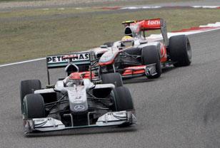 Шумахер обороняется от атак Хэмилтона