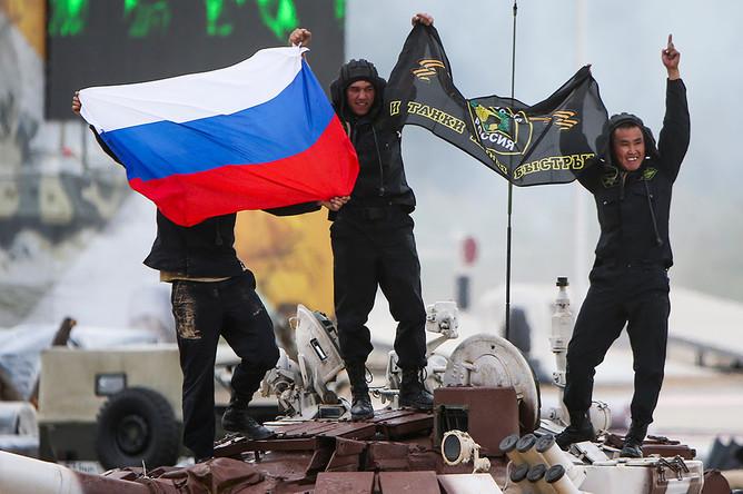 Российский экипаж на финише соревнований «Танковый биатлон» в рамках Армейских международных игр – 2015 на полигоне Алабино