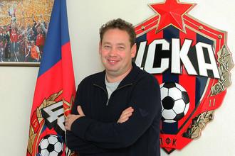 Главный тренер ЦСКА Леонид Слуцкий в офисе команды после подписания контракта с армейцами в 2009 году