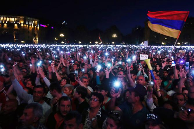 Сторонники армянского оппозиционного политика Никола Пашиняна во время митинга в центре Еревана, 1 мая 2018 года
