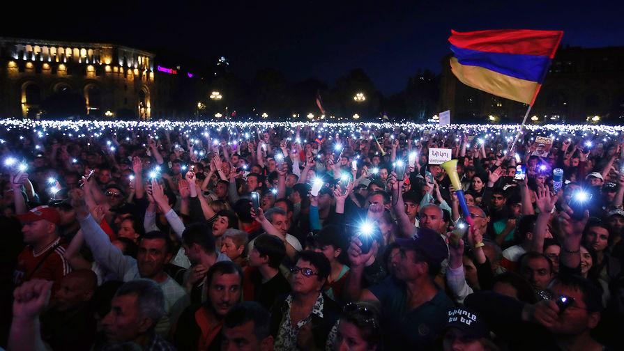 Сторонники армянского оппозиционного политика Никола Пашиняна во время митинга вцентре Еревана, 1 мая 2018 года
