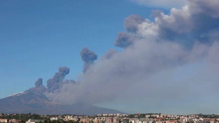 Дым и пепел над Катанией, Сицилия, Италия, 24 декабря 2018 года