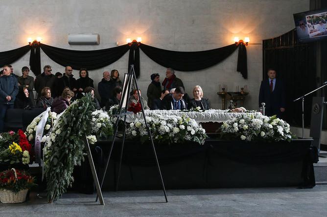 Во время церемонии прощания с Игорем Малашенко на Троекуровском кладбище Москвы, 18 марта 2019 года