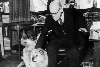 Зигмунд Фрейд со своей собакой Жо-Фи у себя в кабинете в Вене, 1937 год