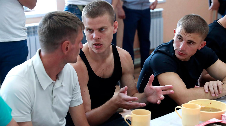 Футболист Александр Кокорин (в центре) во время обеда в столовой исправительной колонии №4, 11 августа 2019 года