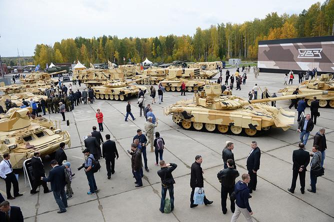 Участники 10-й международной выставки Russia Arms Expo рассматривают представленные образцы военной техники