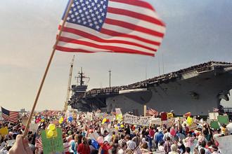 Встреча авианосца USS John F. Kennedy на базе Норфолк после возвращения из похода в рамках операции «Буря в пустыне», 1991 год