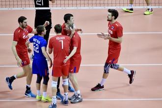 Игроки сборной России праздную набранное очко в финальном матче чемпионата Европы с командой Германии