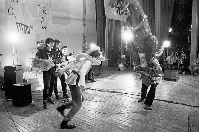 Виктор Цой выступает в составе группы «Поп-механика», 1986 год